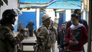 Tentara Mesir bersama pemilih