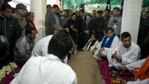 सुनंदा का अंतिम संस्कार
