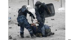 """Бойцы спецподразделения """"Беркут"""" повалили протестующего"""