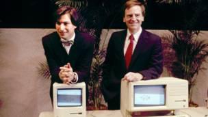 Steve Jobs y John Sculley en la presentación de la Mac.