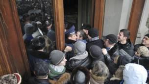 Протестующие врываются в здание областной администрации Львова.