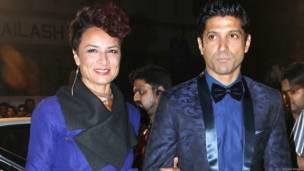 अपनी पत्नी के साथ अभिनेता फ़रहान अख़्तर