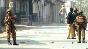 विस्फोट के बाद तैनात सुरक्षाकर्मी