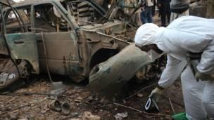 धमाके के बाद घटनास्थल की जांच करता कर्मचारी