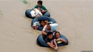मौसम के भारी गड़बड़ियों के चलते दक्षिण फ़िलिपींस के कई इलाके बाढ़ के चपेट में हैं. अभी दो माह पहले ही इस देश ने एक भीषण चक्रवात का सामना किया था.