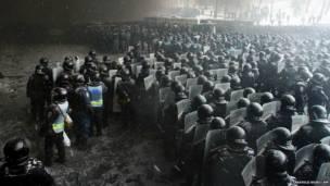 यूक्रेन में पुलिस और सरकार विरोधी प्रदर्शनकारियों के बीच हिंसक झड़पें बीते हफ़्ते में भी लगातार ख़बरों में रहीं.  यूं तो ये प्रदर्शन पिछले दो महीने से चल रहे हैं लेकिन बीते सप्ताह दो प्रदर्शनकारियों की मौत के बाद देश में तनाव बढ़ गया है. राष्ट्रपति यानुकोविच ने हाल में यूरोपीय संघ के साथ गहरे सहयोग से जुड़ी एक संधि की योजना को रद्द कर दिया है.  प्रदर्शनकारी चाहते हैं कि उनका देश यूरोपीय संघ के साथ ज़्यादा गहरे ताल्लुकात रखे ना की रूस के साथ.