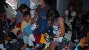 Pengungsi berebut sumbangan pakaian