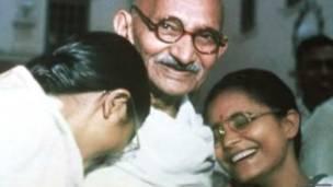 आभा और मनु के साथ महात्मा गांधी
