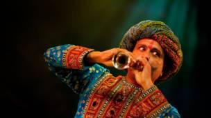 """رومي جاسبال يشارك في العرض بشخصية سينغ السعيد في """"ميرشانتس اوف بوليوود"""" على مسرح بيكوك بلندن"""