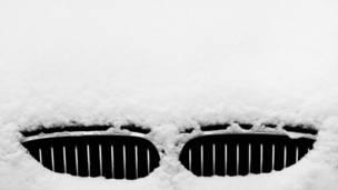 Coche bajo nieve
