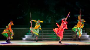 """فريق """"ميرشانتس اوف بوليوود"""" يقدم عرضهم على مسرح بيكوك بلندن"""