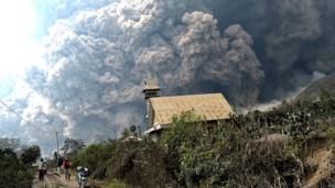 ज्वालामुखी से निकलता धुंआ.