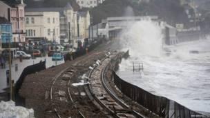 रेलवे लाइन समुद्र के पानी से क्षतिग्रस्त