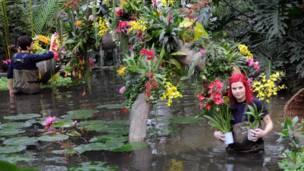 बागवान एली बियोन्दी, एलेक्स डे होयले फूलों को व्यवस्थित करते हुए