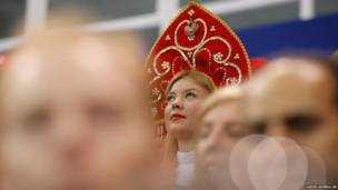 Зрительница наблюдает за соревнованиями
