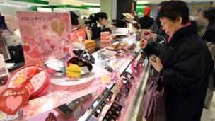 Matan Japan na sayen cakulan alibidin Valentine.
