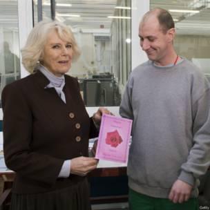 Dan Fursuna ya ba Camilla, Duchess ta Cornwall katin Valentine.