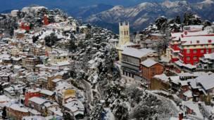 बर्फ़ की चादर ओढ़े हुए भारत का शिमला शहर.