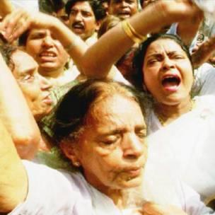 राजीव गांधी की हत्या के बाद विलाप करती महिलाएं