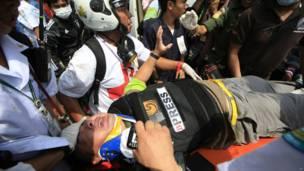 Wartawan asing diselamatkan. Foto: Wason Wanichakorn