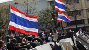 Demonstran berhadapan dengan polisi Thailand. Foto: KC Ortiz/AFP