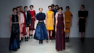 कैटवॉक करती हुई मॉडलें. लंदन फ़ैशन वीक, एमा लिंच/बीबीसी