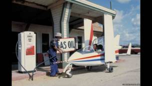 """طائرة صغيرة من نوع أكروستار اثناء تزودها بالوقود في فيلم """"اوكتوبوسي""""."""