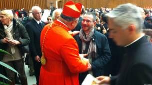 Milhares de fiéis aproveitaram rara chance de entrar no Vaticano para se encontrar com os novos dignitários da Igreja.