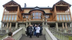 A suntuosa residência de campo de Viktor Yanukovych foi aberta ao público sábado à noite