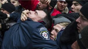 Кризис в Крыму: захват парламента и столкновения