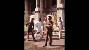 عکس از والنتینو با چند مدل در رم. Courtesy of The Art Archive / Mondadori Portfolio / Marisa Rastellini