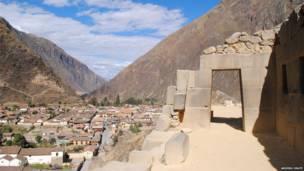 Portal en el sitio arqueológico Ollantaytambo en Cusco, Perú