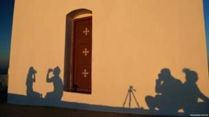 Sombras en el muro de una iglesia en Grecia