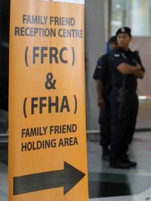 Cảnh sát Malaysia đứng gác tại cửa tiếp đón của khu vực đặc biệt.