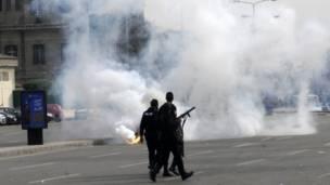 قوات الأمن المصرية تطلق قنابل غاز لتفريق المتظاهرين