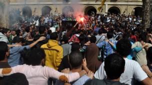 طلاب يطلقون الألعاب النارية أثناء تظاهراتهم في مصر