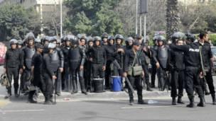 قوات مكافحة الشغب المصرية تتجمع للتصدي للمتظاهرين