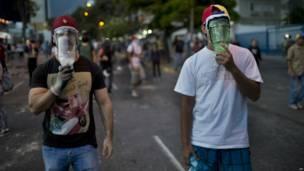 Manifestantes con botellas de plástico en la cara (Foto AP/Rodrigo Abd)