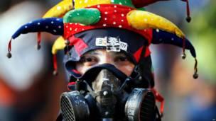 Manifestante con sombrero de guasón (Foto AP/Fernando Llano)