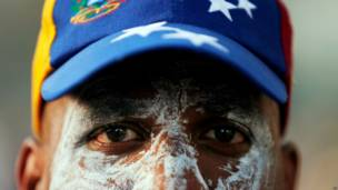 Manifestante con la cara cubierta de pasta de dientes (Foto AP/Fernando Llano)
