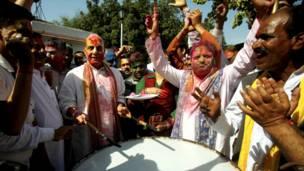 बीजेपी अध्यक्ष, राजनाथ सिंह, होली खेलते हुए