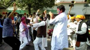 भारत में होली, बीजेपी कार्यकर्ता