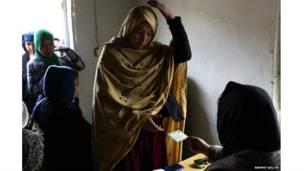 अफ़ग़ानिस्तान, वोटर कार्ड लेते हुए अफ़गान महिला