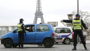 पेरिस, प्रदूषण के ख़तरनाक स्तर के कारण निगरानी करती पुलिस