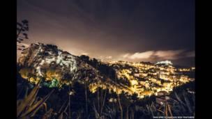 لوحة بتسليط الأضواء في مارسيليا في جنوب فرنسا (المصور فيليب إيشارو)