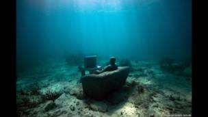 القصور الذاتي، على عمق خمسة أمتار، متحف الفنون تحت الماء، مدينة بونتا نيزوك، المكسيك