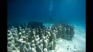 تماثيل تحت الماء للفنان جيسون ديكاريس تايلور