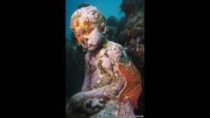 تمثال التطور الصامت، على عمق ثمانية أمتار، في متحف الفنون تحت الماء بمدينة كانكون الساحلية وجزيرة موخيريس في المكسيك للفنان جيسون ديكاريس تايلور