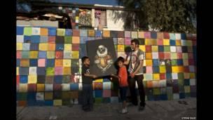मैक्सिको के बाजा कैलिफोर्निया इलाके के मेक्सिकली में पेंटर एफ्रेन डे ला क्रुज अपने मकान के सामने (तस्वीर में).