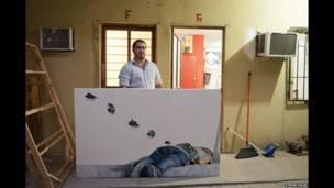 मैक्सिको के तमाउलिपास में रेनोसा स्थित अपने स्टूडियो के सामने पेंटर हम्बर्टो रामीरेज़.